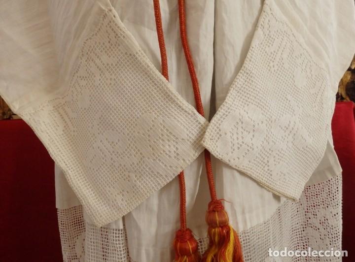 Antigüedades: Alba de amplias dimensiones en algodón y encajes, acompañada de ceñidor y cíngulo. Hacia 1900. - Foto 6 - 153885998