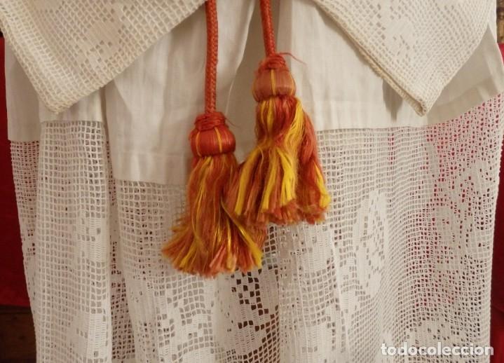 Antigüedades: Alba de amplias dimensiones en algodón y encajes, acompañada de ceñidor y cíngulo. Hacia 1900. - Foto 7 - 153885998