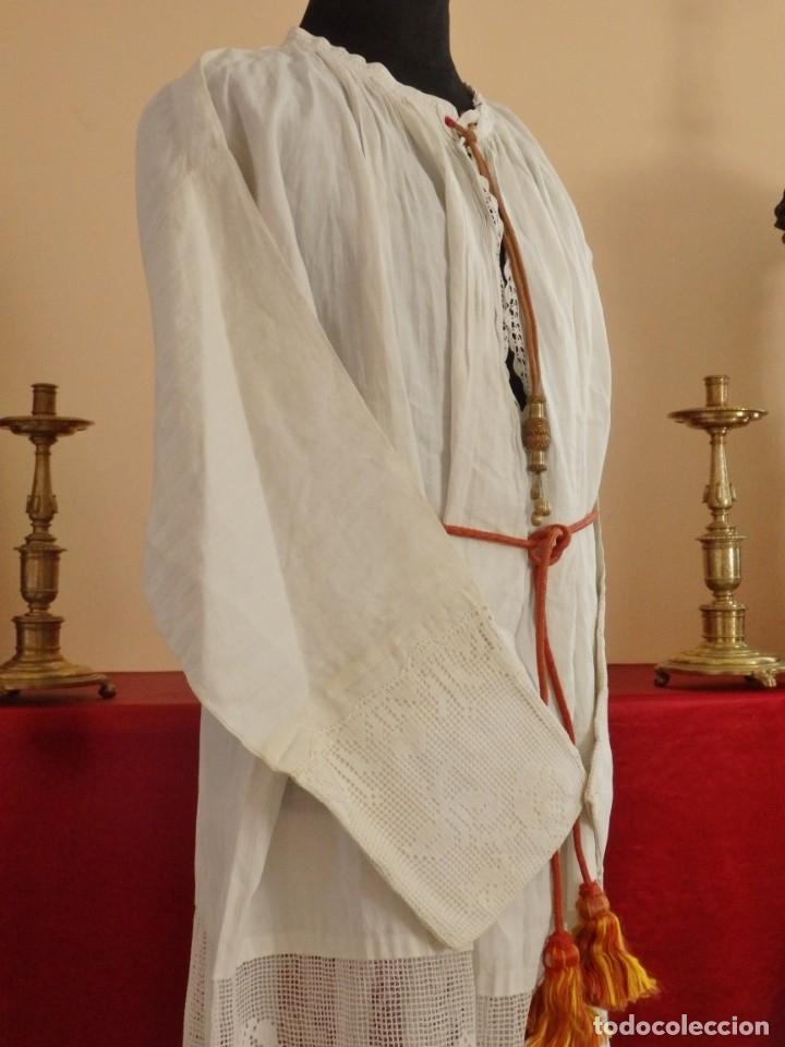 Antigüedades: Alba de amplias dimensiones en algodón y encajes, acompañada de ceñidor y cíngulo. Hacia 1900. - Foto 10 - 153885998