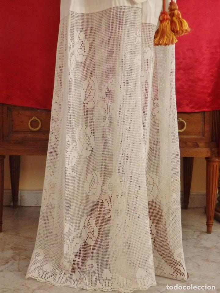 Antigüedades: Alba de amplias dimensiones en algodón y encajes, acompañada de ceñidor y cíngulo. Hacia 1900. - Foto 11 - 153885998