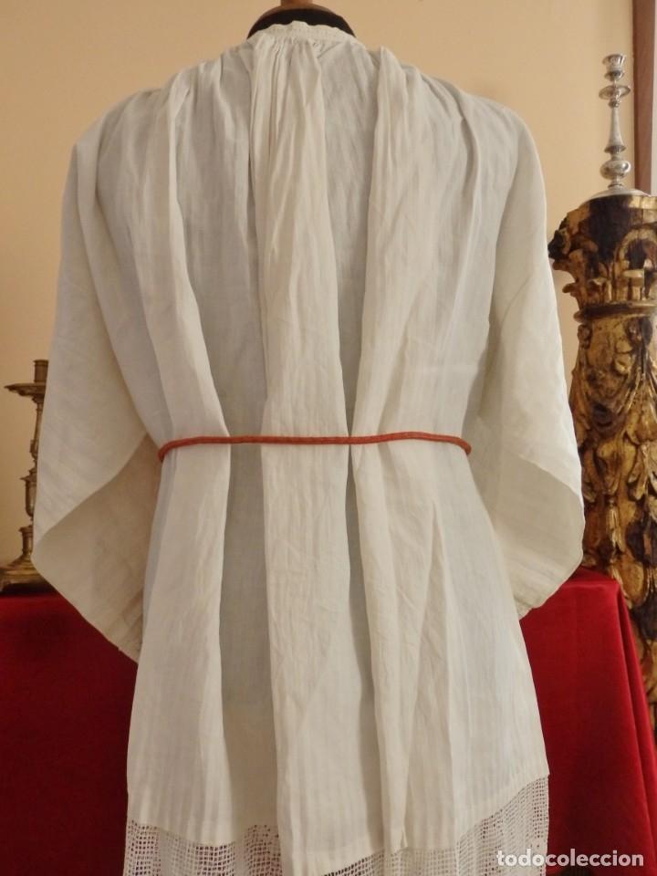 Antigüedades: Alba de amplias dimensiones en algodón y encajes, acompañada de ceñidor y cíngulo. Hacia 1900. - Foto 13 - 153885998