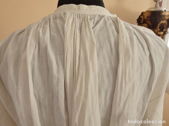 Antigüedades: Alba de amplias dimensiones en algodón y encajes, acompañada de ceñidor y cíngulo. Hacia 1900. - Foto 14 - 153885998