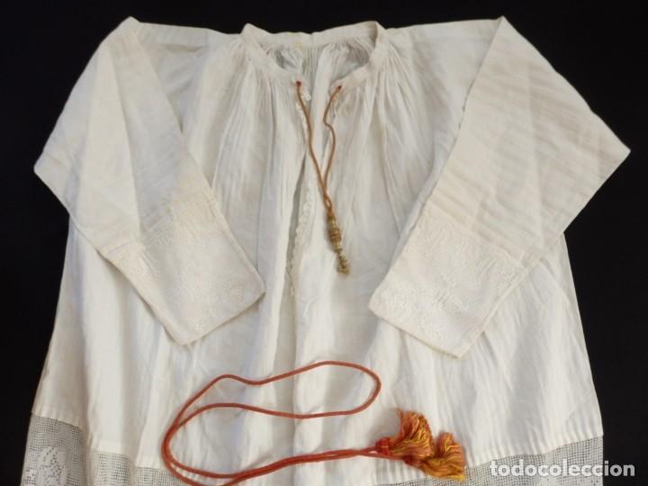 Antigüedades: Alba de amplias dimensiones en algodón y encajes, acompañada de ceñidor y cíngulo. Hacia 1900. - Foto 16 - 153885998