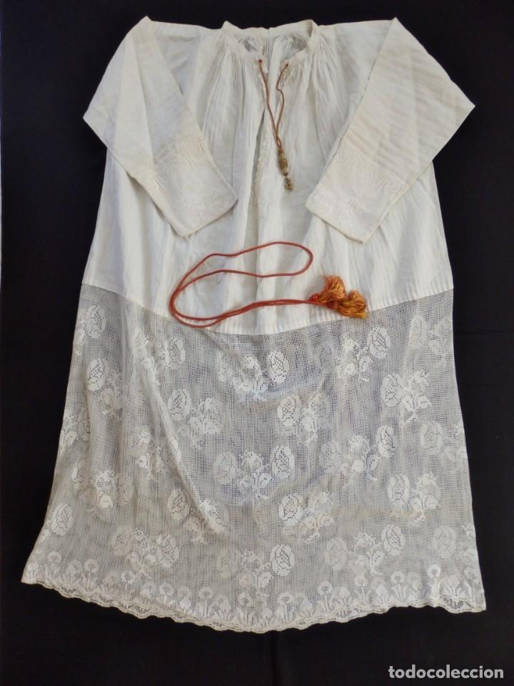 Antigüedades: Alba de amplias dimensiones en algodón y encajes, acompañada de ceñidor y cíngulo. Hacia 1900. - Foto 15 - 153885998