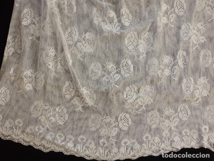 Antigüedades: Alba de amplias dimensiones en algodón y encajes, acompañada de ceñidor y cíngulo. Hacia 1900. - Foto 19 - 153885998