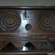Antigüedades: ARCA TALLADA. Lote 153912741