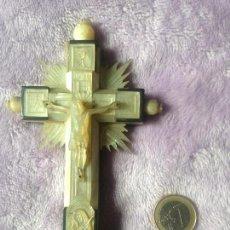 Antigüedades: CRUCIFIJO NACAR XIX CRUZ TALLA MANUAL. Lote 153945782