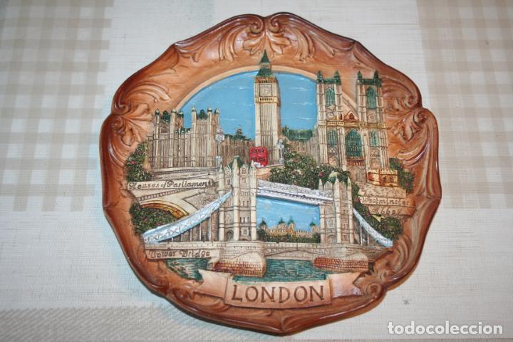 Antigüedades: PLATO DECORATIVO DE LONDRES *** POLICROMADO MOTIVOS EMBLEMÁTICOS *** Diametro 22 cms - Foto 2 - 197166747