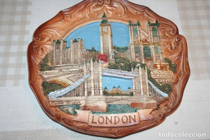 Antigüedades: PLATO DECORATIVO DE LONDRES *** POLICROMADO MOTIVOS EMBLEMÁTICOS *** Diametro 22 cms - Foto 3 - 197166747