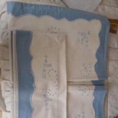 Antigüedades: SABANA BORDADA A MANO BLANCA CON HILO AZUL. Lote 154027590