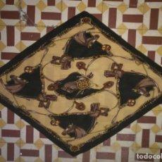 Antigüedades: PAÑUELO PICO CHAL TRAJE REGIONAL MANTON MODA COMPLEMENTO CABALLOS PLISADO 110 CM . Lote 154041938