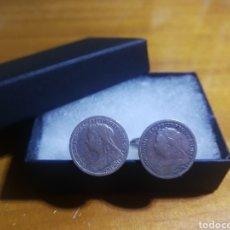 Antigüedades: GEMELOS DE PLATA CON MONEDAS INGLESAS DE PLATA DEL AÑO 1900. Lote 154051244