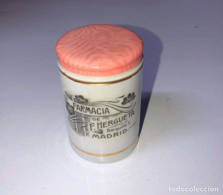 ANTIGUO TARRO FARMACIA DE F. HERGUETA, MADRID, 6CM DIÁMETRO, 7.7 CM ALTO (Antigüedades - Cristal y Vidrio - Farmacia )