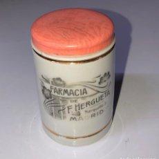Antigüedades: ANTIGUO TARRO FARMACIA DE F. HERGUETA, MADRID, 6CM DIÁMETRO, 7.7 CM ALTO. Lote 154133522