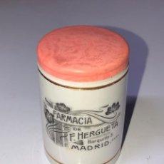 Antigüedades: ANTIGUO TARRO FARMACIA DE F. HERGUETA, MADRID, 6CM DIÁMETRO, 7.7 CM ALTO. Lote 154133698