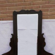 Antigüedades: ANTIGUO ESPEJO APARADOR DE MADERA NOGAL OSCURO COMODA. AÑOS 40. Lote 154137713