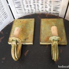 Antigüedades: PAREJA DE APLIQUES METAL EN TONO VERDOSO CON GUIRNALDA PRECIOSOS. Lote 154153294