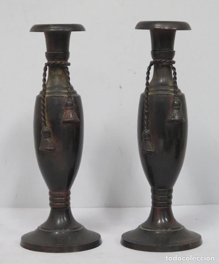BONITA PAREJA DE CANDELABROS. METAL PATINADO (Antigüedades - Iluminación - Candelabros Antiguos)