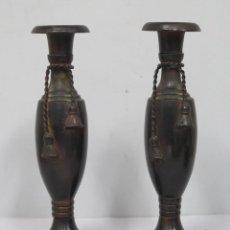 Antigüedades: BONITA PAREJA DE CANDELABROS. METAL PATINADO. Lote 154234038