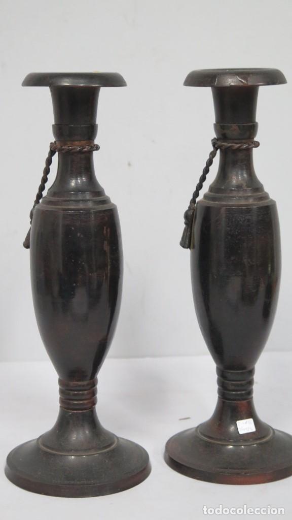 Antigüedades: BONITA PAREJA DE CANDELABROS. METAL PATINADO - Foto 5 - 154234038