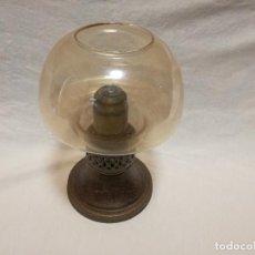Antigüedades: LAMPARA PORTAVELAS CANDELABRO DE BRONCE LATON, CON TULIPA DE CRISTAL. Lote 154252466