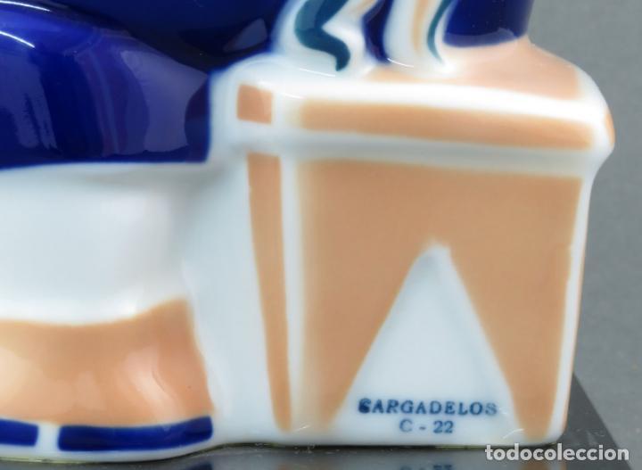 Antigüedades: Figura campesina sujetalibros en cerámica Castro Sargadelos con base mármol 2003 - Foto 6 - 154263074