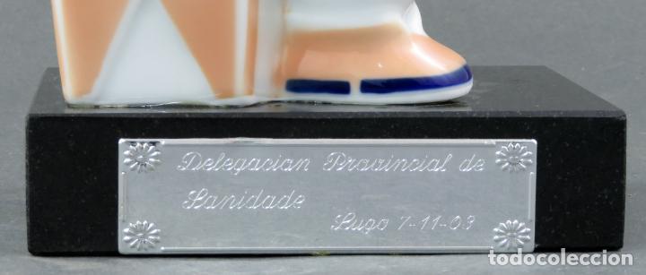 Antigüedades: Figura campesina sujetalibros en cerámica Castro Sargadelos con base mármol 2003 - Foto 7 - 154263074