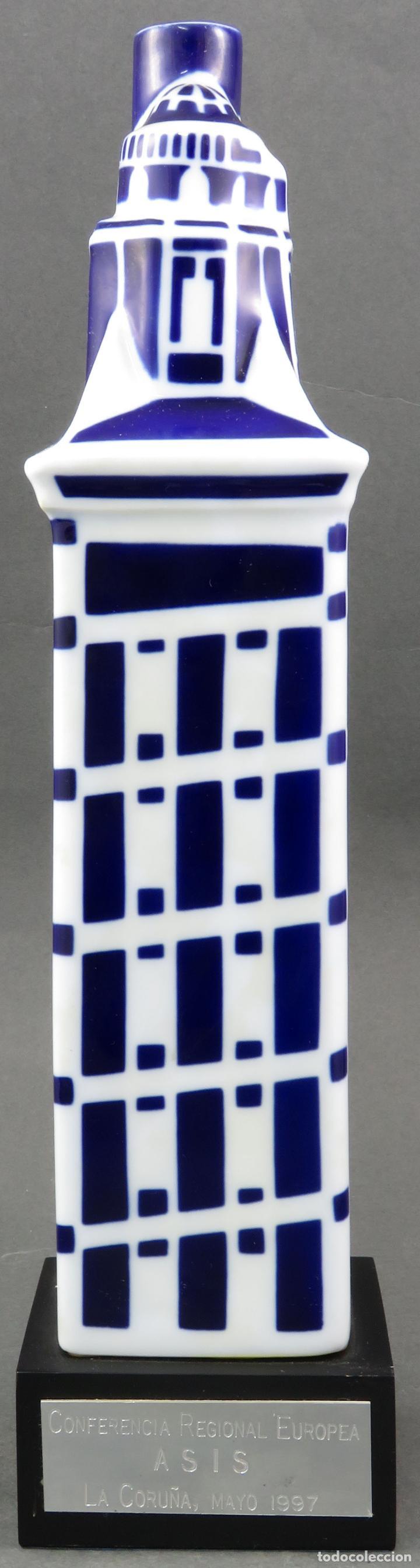 BOTELLA TORRE DE HERCULES EN CERÁMICA CASTRO SARGADELOS 1997 CON BASE DE MADERA (Antigüedades - Porcelanas y Cerámicas - Sargadelos)