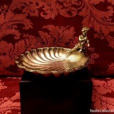 Antigüedades: ANTIGUA CONCHA BAUTISMAL DE ALPACA CON QUERUBÍN.. Lote 154301850