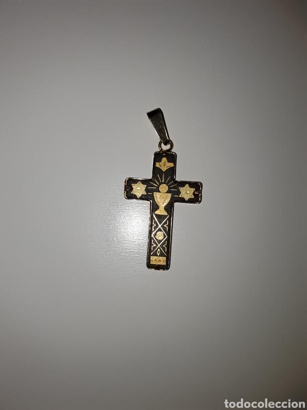 Antigüedades: Lote con antiguos crucifijos, cruz esmaltada, medallas y librito con imagen religiosa... - Foto 5 - 154348481