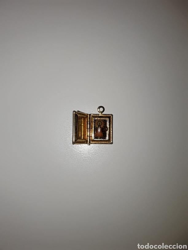 Antigüedades: Lote con antiguos crucifijos, cruz esmaltada, medallas y librito con imagen religiosa... - Foto 8 - 154348481