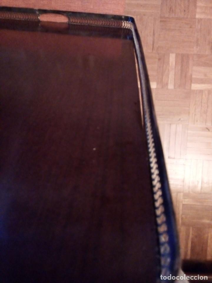 Antigüedades: Bandeja de servicio con metal repujado. Base de madera noble y fieltro rojo. Mediados S XX - Foto 2 - 154364734