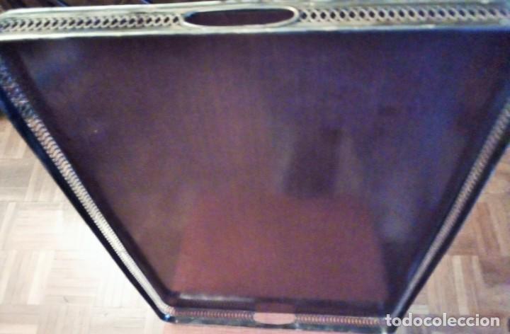 Antigüedades: Bandeja de servicio con metal repujado. Base de madera noble y fieltro rojo. Mediados S XX - Foto 3 - 154364734