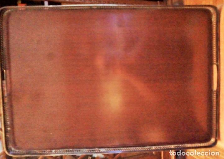 Antigüedades: Bandeja de servicio con metal repujado. Base de madera noble y fieltro rojo. Mediados S XX - Foto 4 - 154364734