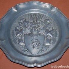 Antigüedades: PLATO DE PELTRE CON ESCUDO HERALDICO LEON CON ESPADA Y BALANZA. Lote 154365970