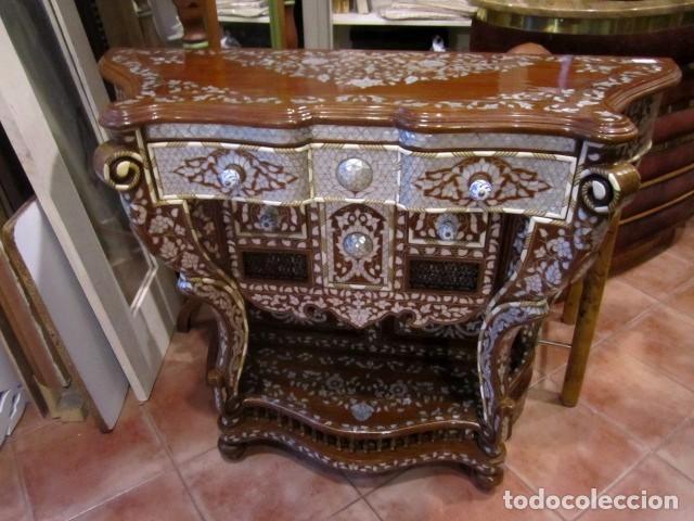 CONSOLA SIRIA CON INCRUSTACIONES EN MADRE PERLA Y PLATA (Antigüedades - Muebles Antiguos - Consolas Antiguas)