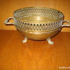 Antigüedades: ANTIGUO CENTRO DE MESA O PORTA FLORES EN METAL. Lote 154402686