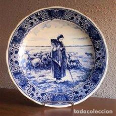 Antigüedades: PRECIOSO PLATO ANTIGUO DELFTS BLAUW LA PASTORA DE F. MILLET MADE IN HOLLAND DE 33 CM DE DIAMETRO. Lote 154406086