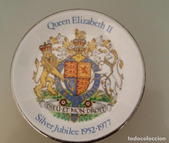 PLATO PEQUEÑO DE PORCELANA JUBILEO DE PLATA REINA ELIZABETH II. ENGLAND 1952 - 1977 (Antigüedades - Porcelanas y Cerámicas - Inglesa, Bristol y Otros)