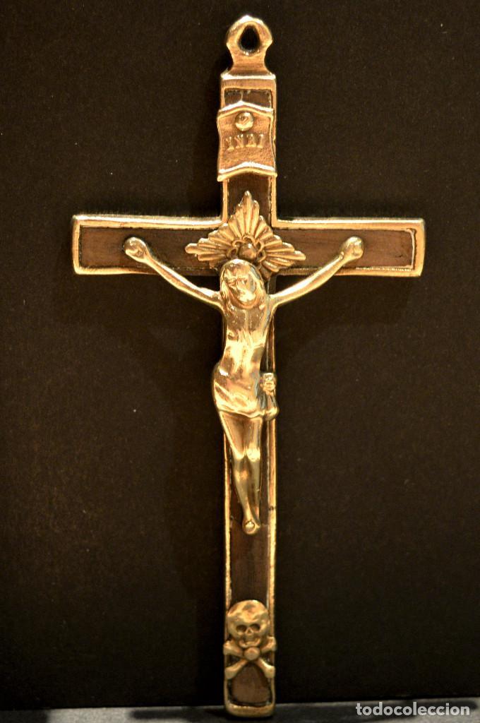 ANTIGUO CRUCIFIJO EN BRONCE Y MADERA TAMAÑO GRANDE 11CM X 5,5CM (Antigüedades - Religiosas - Crucifijos Antiguos)