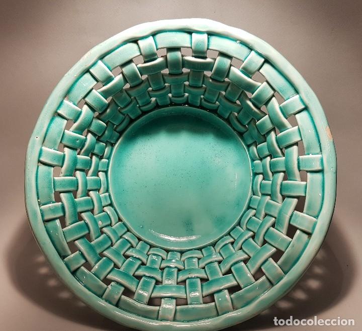PRECIOSO Y ANTIGUO CENTRO CERAMICA TRENZADA VIDRIADA EN AZUL TURQUESA MANISES AÑOS 1950 (Antigüedades - Porcelanas y Cerámicas - Manises)