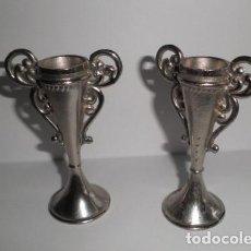 Antigüedades: JARRONES (DOS) EN METAL PLATEADO. Lote 177421057