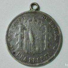 Antigüedades: COLGANTE MONEDA DE PLATA UNA PESETA POR UNA CARA, Y CORONA CON CRUZ ENTRE BANDERAS. Lote 154551834