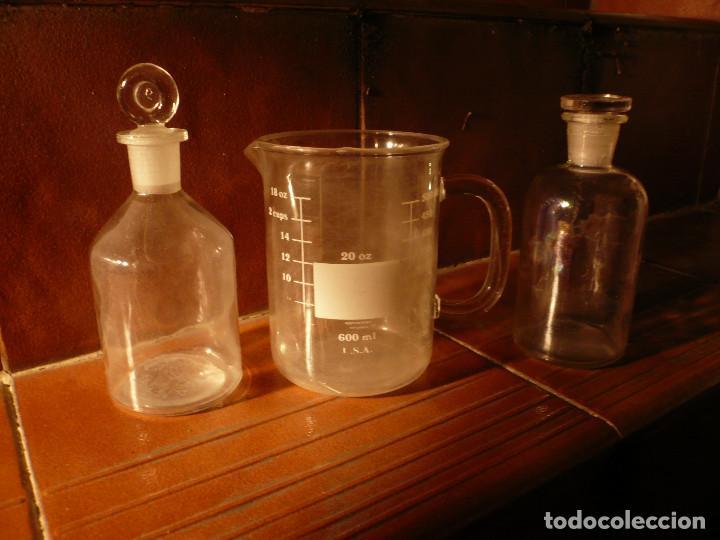 FRASCO DE FARMACIA Y JARRA MEDIDORA. LOTE 2 FRASCOS Y 1 JARRA (Antigüedades - Cristal y Vidrio - Farmacia )