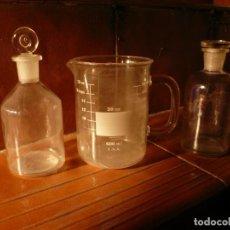 Antigüedades: FRASCO DE FARMACIA Y JARRA MEDIDORA. LOTE 2 FRASCOS Y 1 JARRA. Lote 154559526