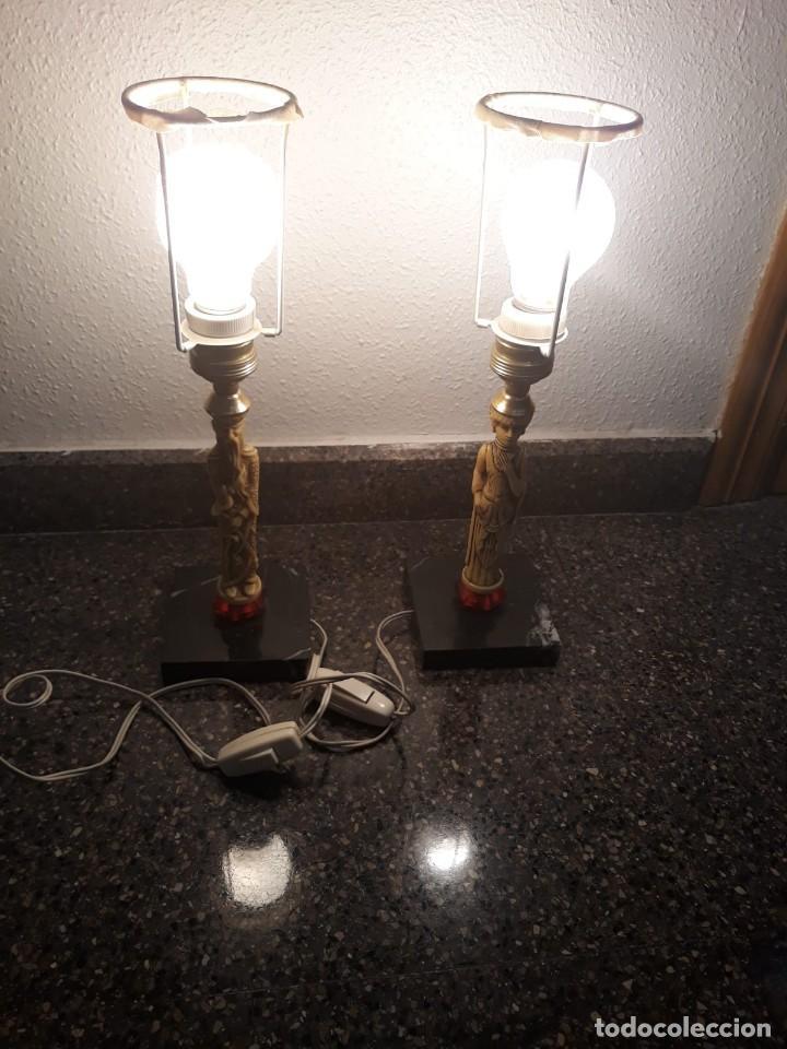 PAREJA DE LÁMPARAS DE MESA DE MONJE Y SACERDOTISA CHINOS CON BASE DE MÁRMOL - FUNCIONAN. AÑOS 70/80. (Antigüedades - Iluminación - Lámparas Antiguas)