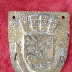 Antigüedades: CUELGALLAVES PERCHA EN BRONCE CON ESCUDO CONDAL 11,5 X 9,2 CMS.. Lote 154587378