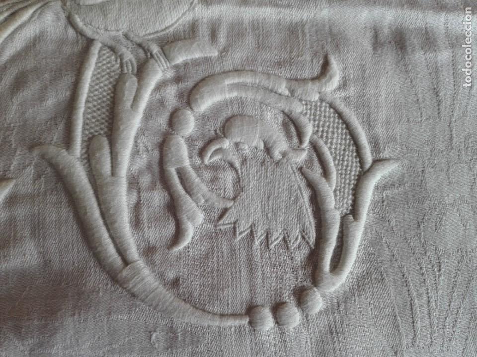 Antigüedades: SERVILLETA-MANTEL HILO DAMASCO BORDADO INICIALES CON PAJAROS S.XIX - Foto 6 - 154673938