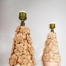 Antigüedades: PAREJA DE LAMPARAS FLORES CERAMICA SALMON ROSADO. Lote 154707414