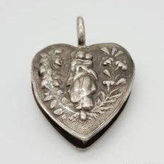 Antigüedades: EXCEPCIONAL MEDALLÓN RELICARIO ANTIGUO EN PLATA DE LEY REPUJADA POR AMBOS LADOS CAJA SAGRADO CORAZÓN. Lote 154760302